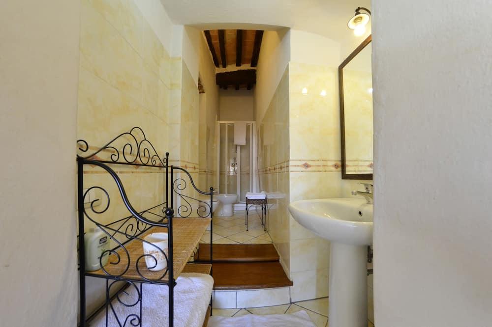 Liukso klasės dvivietis kambarys, Rūkantiesiems (bathroom in room) - Vonios kambarys