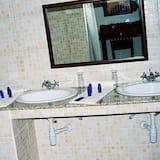 Standard Tek Büyük veya İki Ayrı Yataklı Oda - Banyo Lavabosu