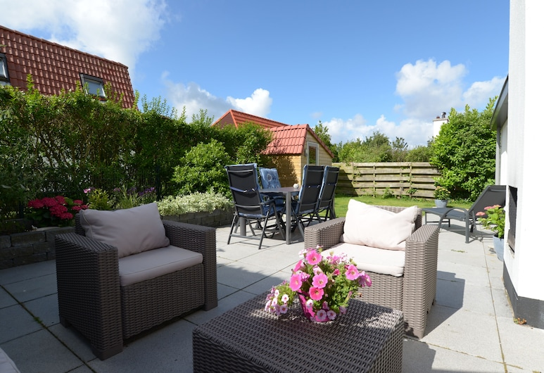 Spacious, modern house with sun shower, fireplace, outdoor fireplace and two bathrooms, Den Burg, Balkón