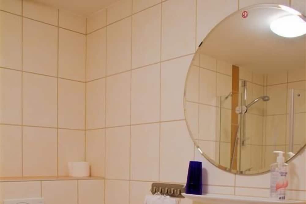 Basic Triple Room - Bathroom