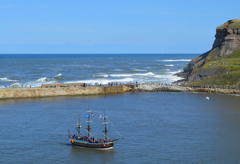 Beautiful Modern Apartment With far Reaching sea View. Free Parking and Wifi, Whitby, Beach