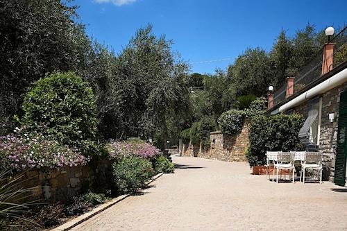 村の駐車スペースと海から1.5キロのヴィラの魅力的なアパート。/