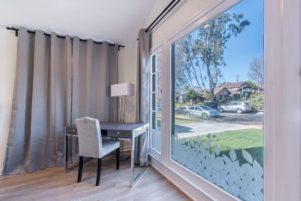 Luxury House, 3 Bedrooms, Patio, City View - Street View