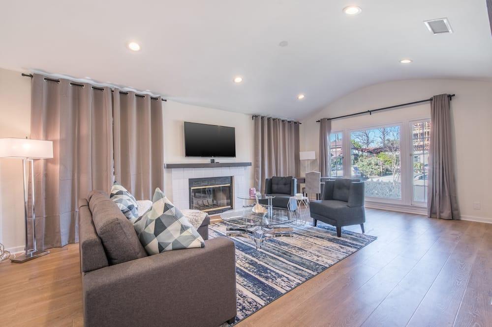 Luxury House, 3 Bedrooms, Patio, City View - Living Room