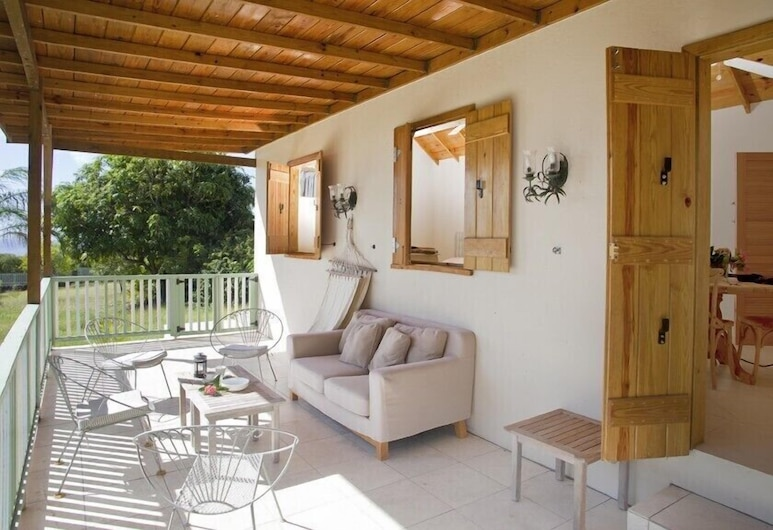Stylishly simple private cottage near beaches, golf course and four seasons, Charlestown