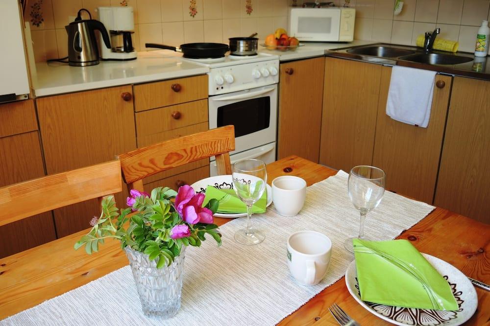 Szoba két külön ággyal, 2 egyszemélyes ágy - Közös használatú konyha