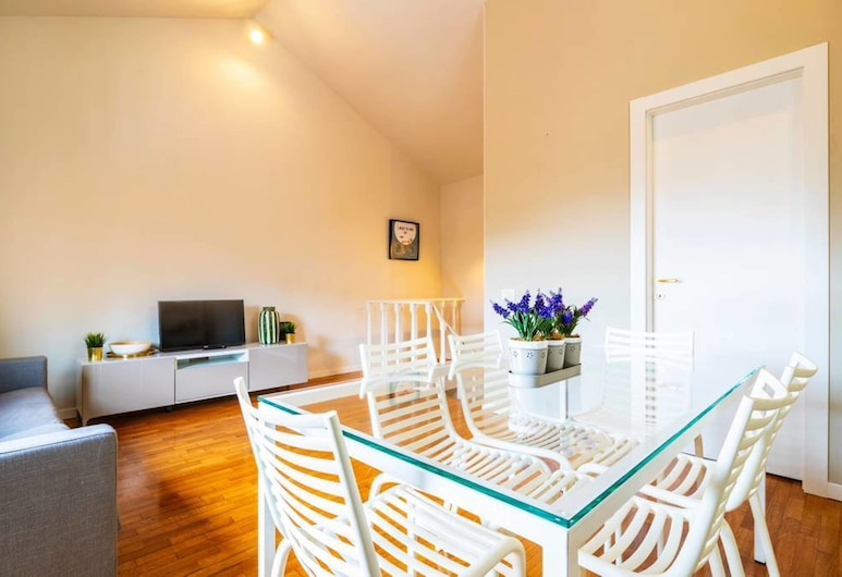 Classy Milanese Stay Near Sforza Castle, Milan, Apartment, 2 Bedrooms, Living Room