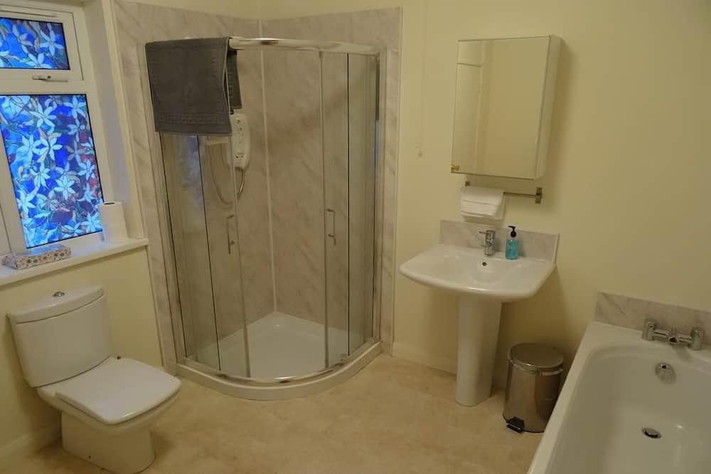 Cottage cơ bản - Bồn tắm vòi sen trong phòng tắm