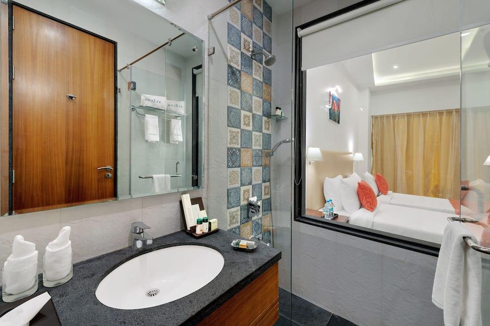 ห้องเอ็กเซกคิวทีฟ, เตียงเดี่ยวขนาดใหญ่ 1 เตียง, พร้อมสิ่งอำนวยความสะดวกสำหรับผู้พิการ, ปลอดบุหรี่ - ห้องน้ำ
