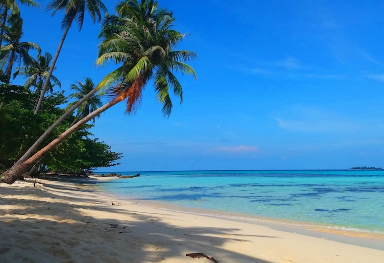 Cemara Indah Beach Bungalow, Quần đảo Karimunjawa, Bãi biển
