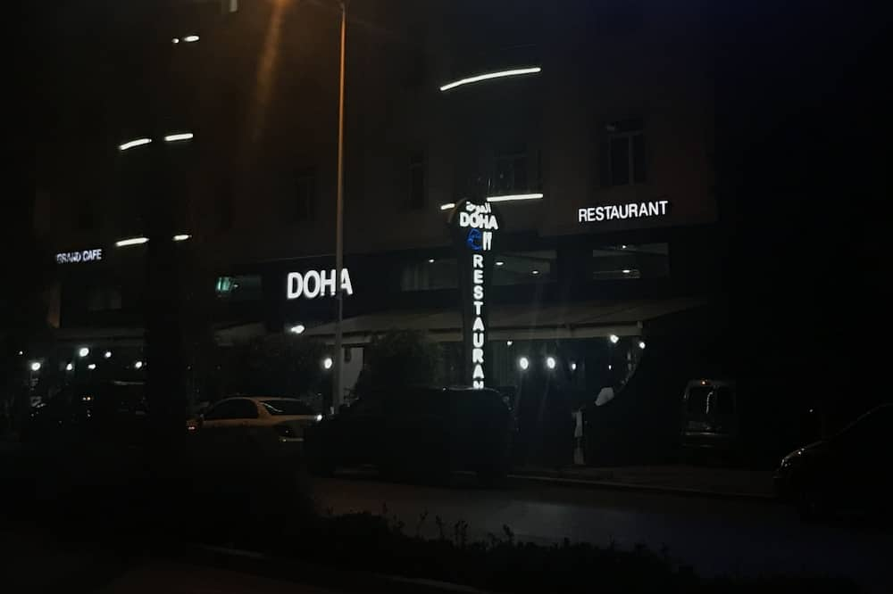 Front obiektu – wieczór
