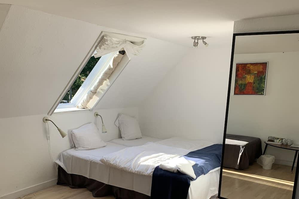 Basic-værelse til 4 personer - flere senge - udsigt til have - Værelse