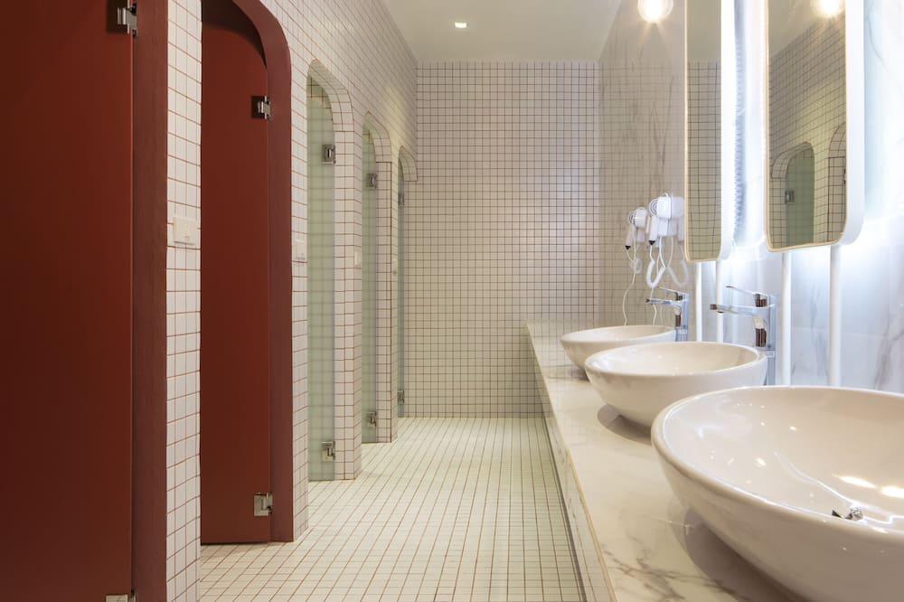 Standard Triple Room with Shared Bathroom   - Bathroom