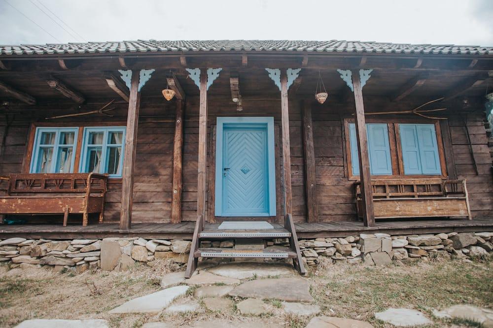 Poilsio namelis su pagrindiniais patogumais, Kelios lovos - Vaizdas į kiemą