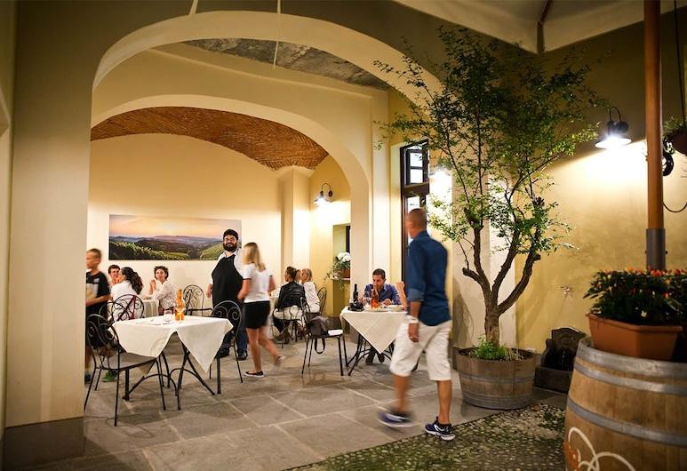 Osteria Senza Fretta, Cuneo, Obiekty restauracyjne na zewnątrz