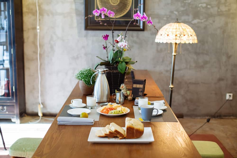 Traditional House - In-Room Dining