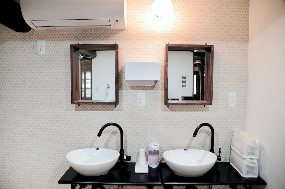 Fælles sovesal - kun kvinder - Vask på badeværelset