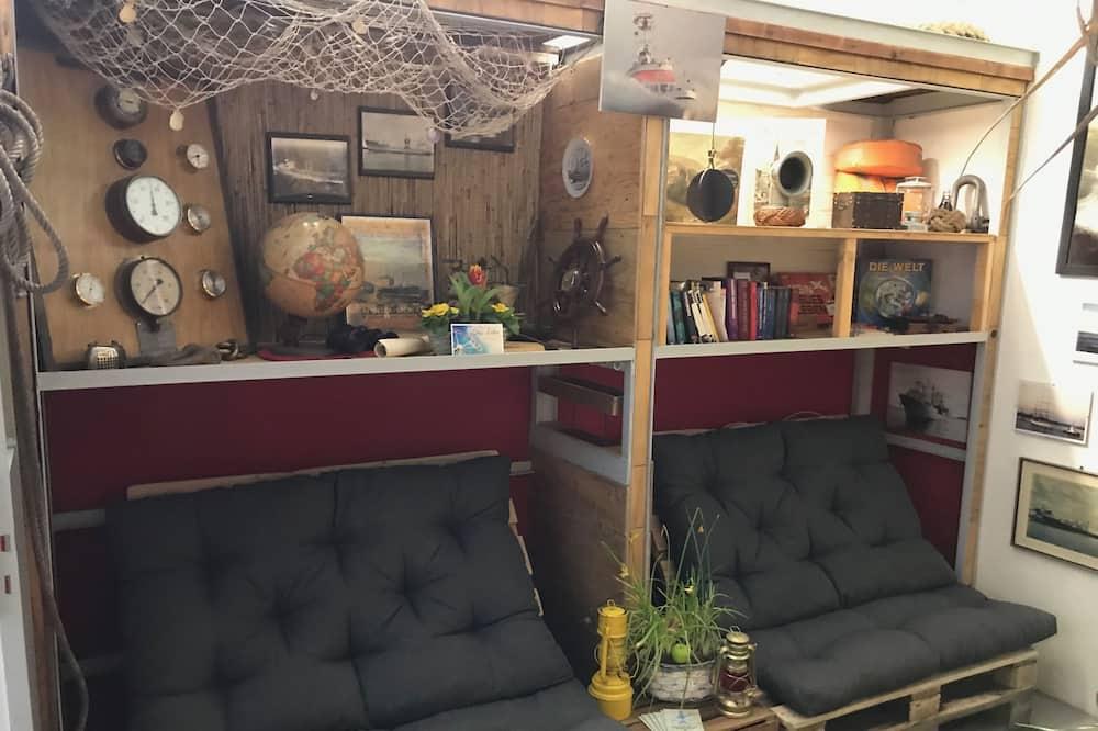 ห้องพักรวม (Backpacker Room) - พื้นที่นั่งเล่น