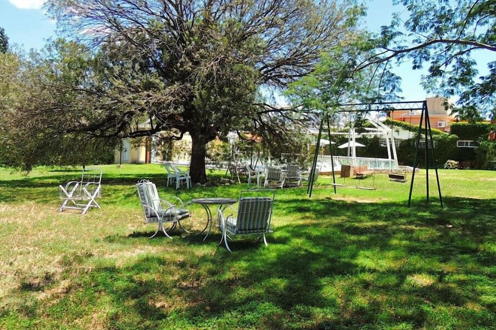 Standard-Dreibettzimmer, Mehrere Betten, Gartenblick - Blick auf den Garten