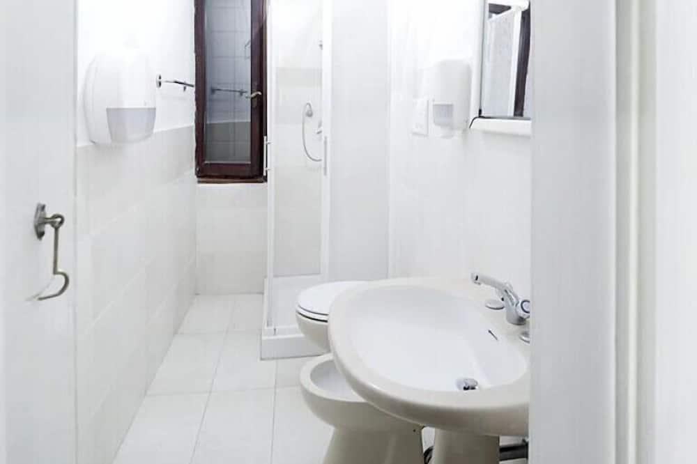Kamer, 1 twee- of 2 eenpersoonsbedden, gemeenschappelijke badkamer - Badkamer