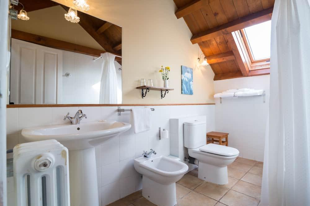 Basic-Doppel- oder -Zweibettzimmer, Gartenblick - Badezimmer
