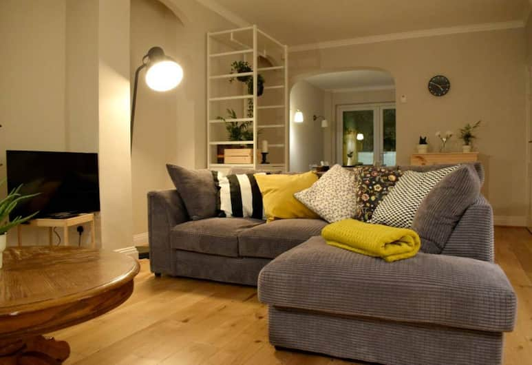 3 Bedroom Flat in Parsons Green With Roof Terrace, London