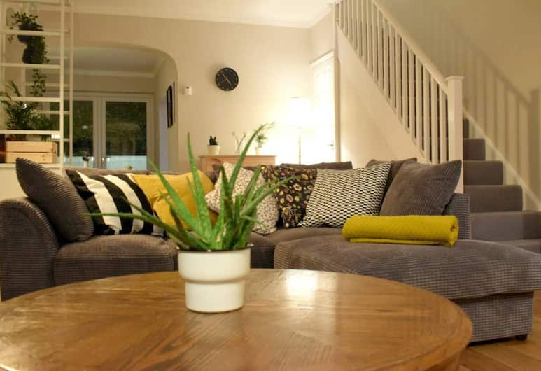 3 Bedroom Flat in Parsons Green With Roof Terrace, London, Wohnzimmer