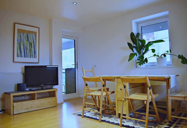 Central 1 Bedroom Apartment Near Tower Hill With Balcony, London