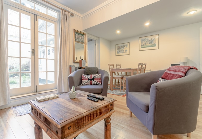 Central 2 Bedroom Pimlico Flat, London, Living Area