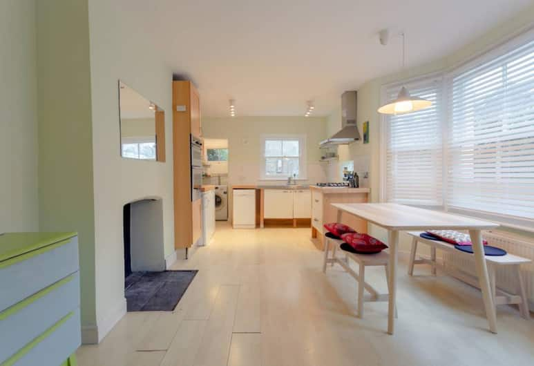 2 Bedroom House in Kensal Green, London, Living Room