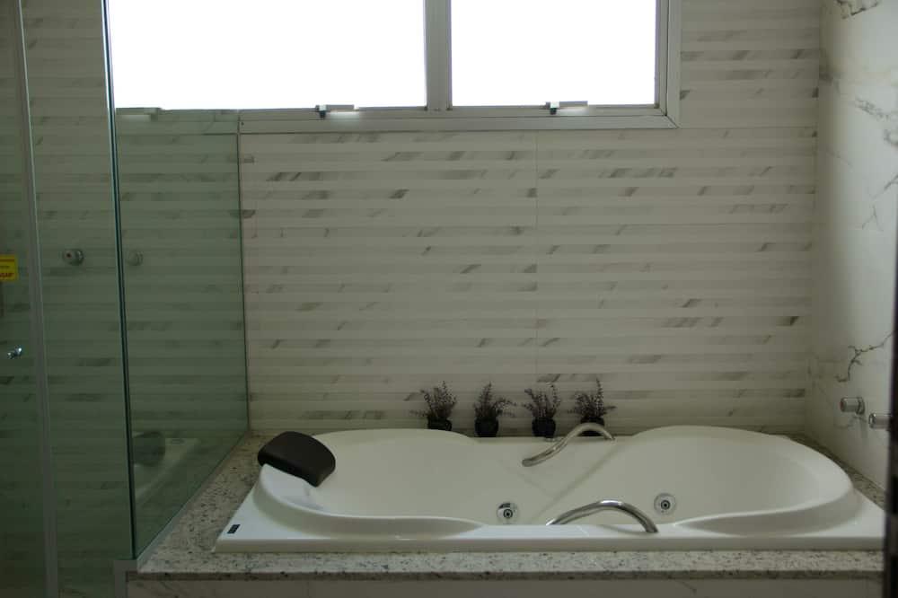 Numeris, 1 standartinė dvigulė lova, Nerūkantiesiems, sūkurinė vonia - Atskira masažinė vonia