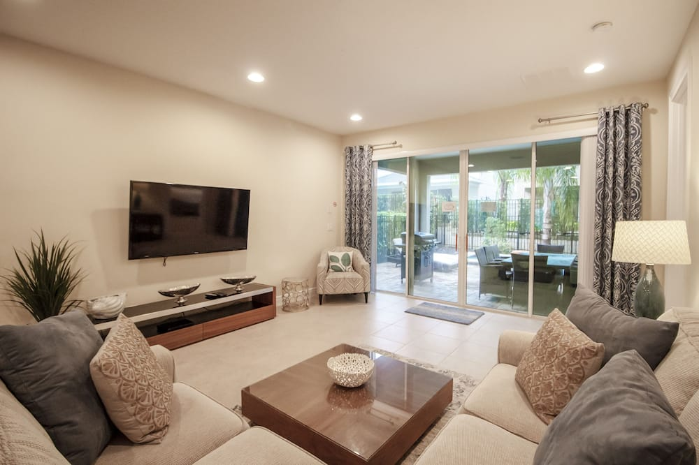 House, 6 Bedrooms - Living Area