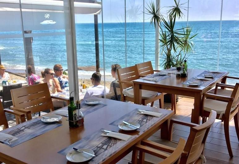 MI CAPRICHO A12 Luxury apartment on the beachfront , מיחאס, ארוחה בחוץ