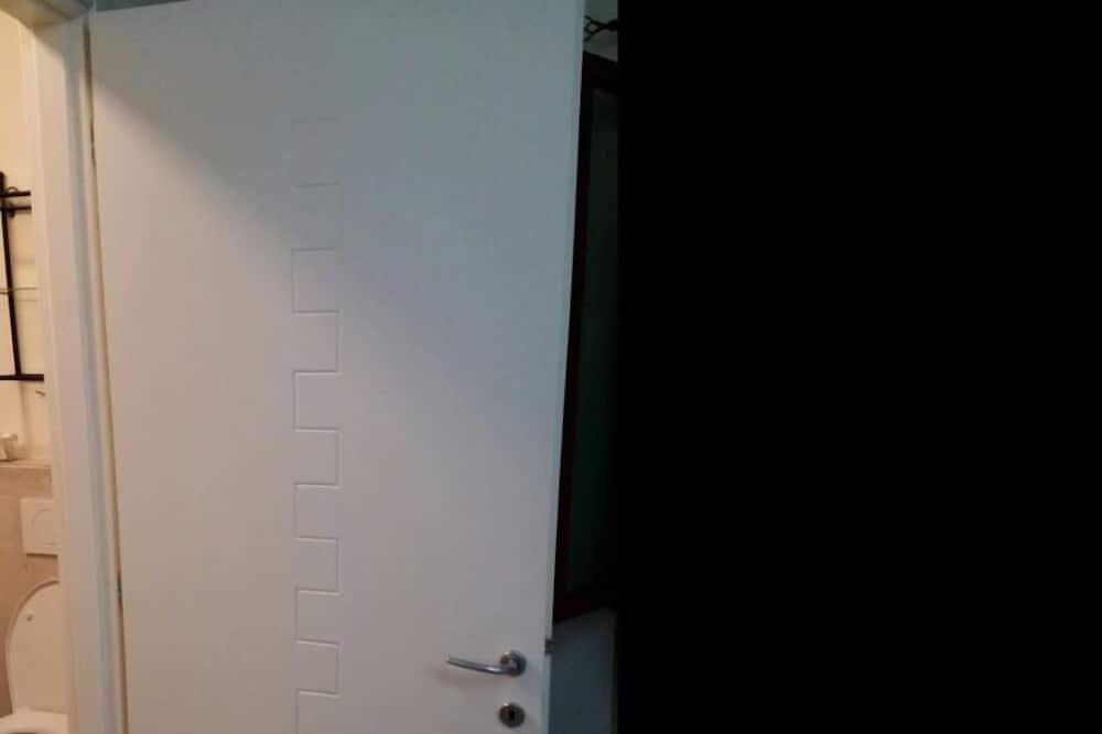 غرفة ثلاثية - بحمام مشترك - حمّام