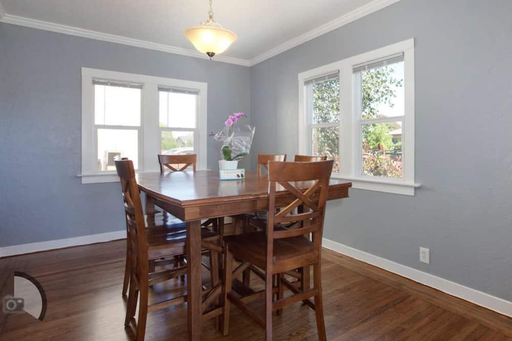 Deluxe ház, nemdohányzó - Étkezés a szobában