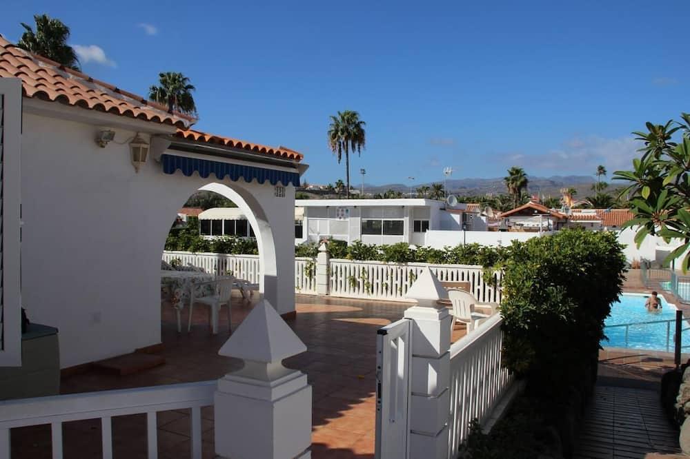 Beautiful bungalow, very quiet, with terrace, garden, wifi, community pool.