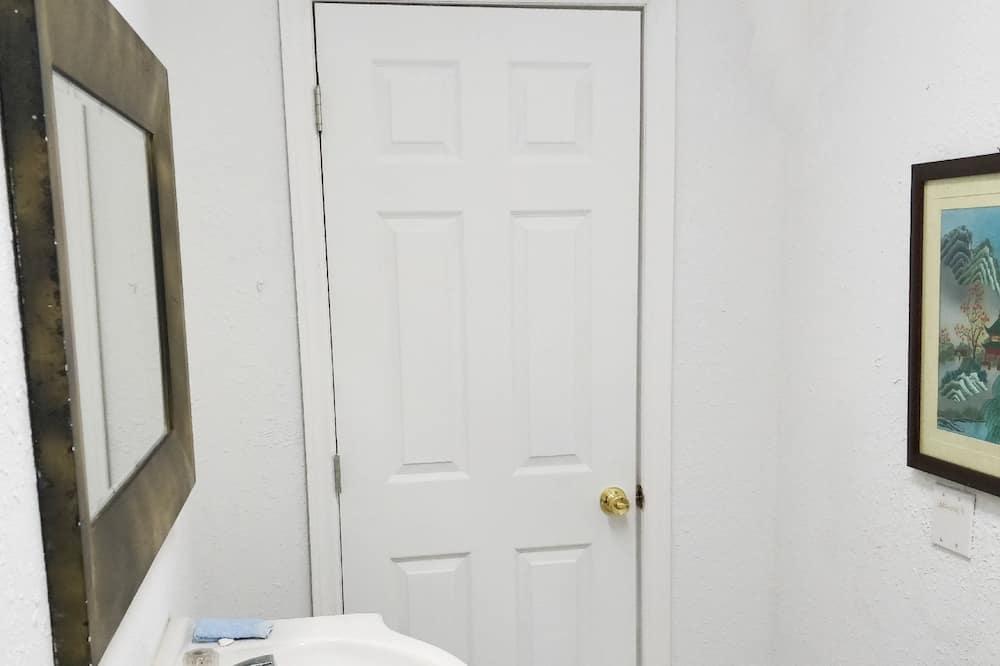 Family Suite, Multiple Beds, Non Smoking, Garden View - Bathroom