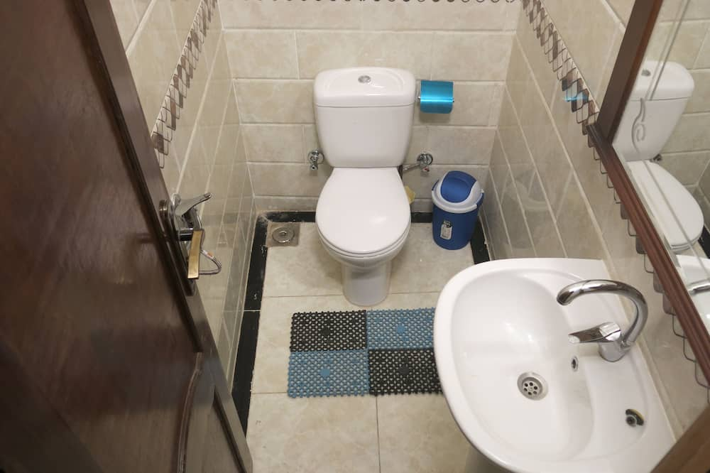 Economy Twin kamer, geen ramen (external private bath) - Badkamer