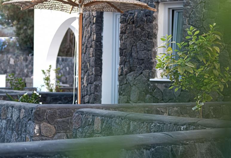 Alafropetra Luxury Suites, Santorini, Courtyard