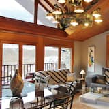Panoramic Loft, Multiple Beds, Mountain View - Living Area