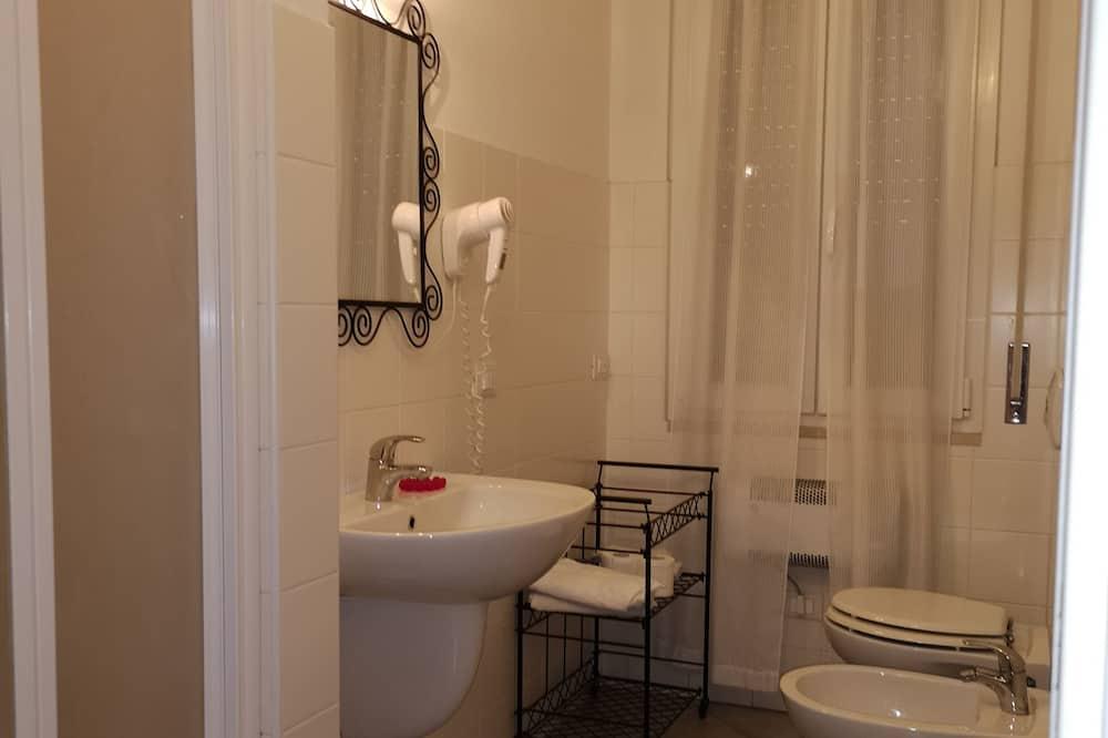 Classic Room, 1 Queen Bed, Non Smoking - Bathroom