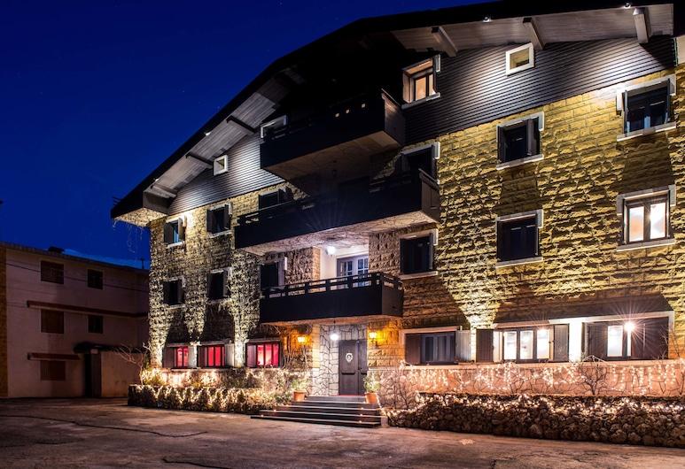 La Maison des Cèdres, Al Arz, Hotelfassade am Abend/bei Nacht