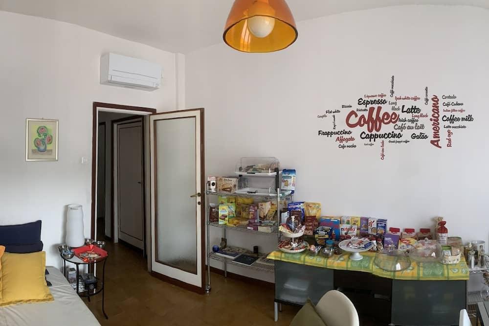 Family Room, Non Smoking, Private Bathroom (External) - Living Area