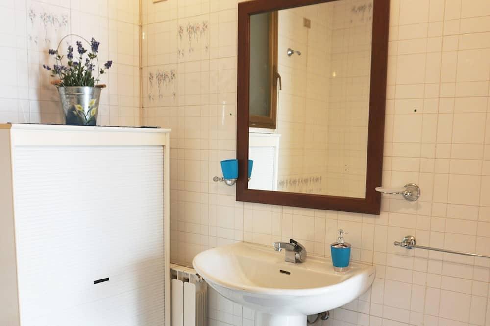 Quadruple Room (Pirandello) - Bathroom