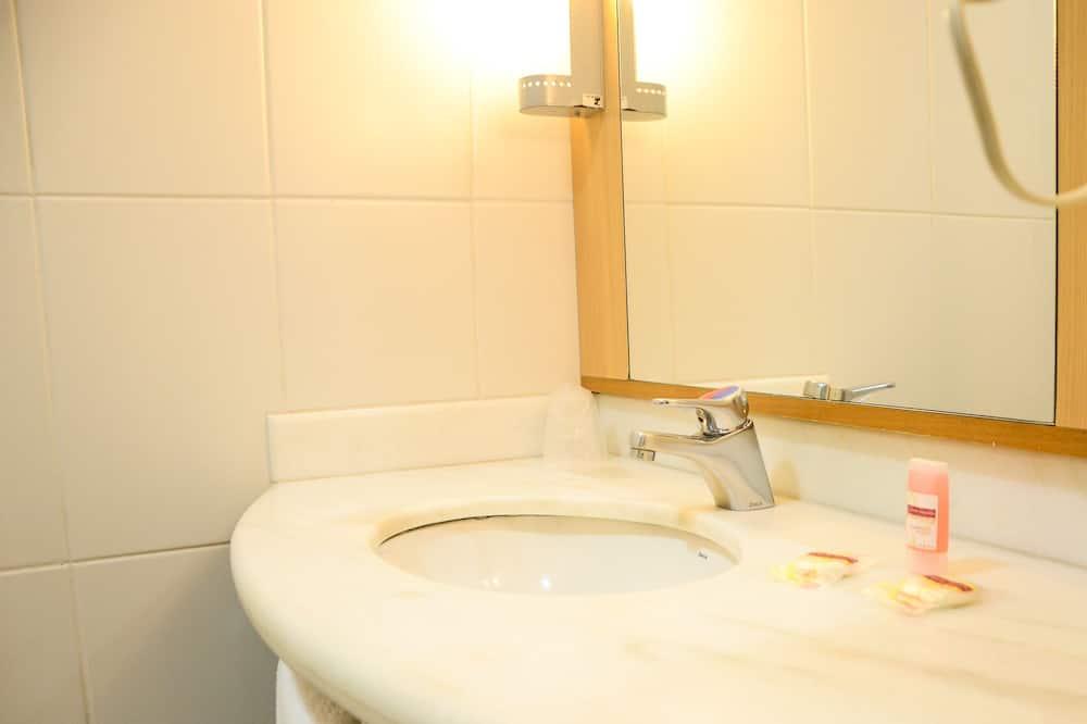 Двухместный номер с 1 двуспальной кроватью, 1 двуспальная кровать, для некурящих - Раковина в ванной комнате