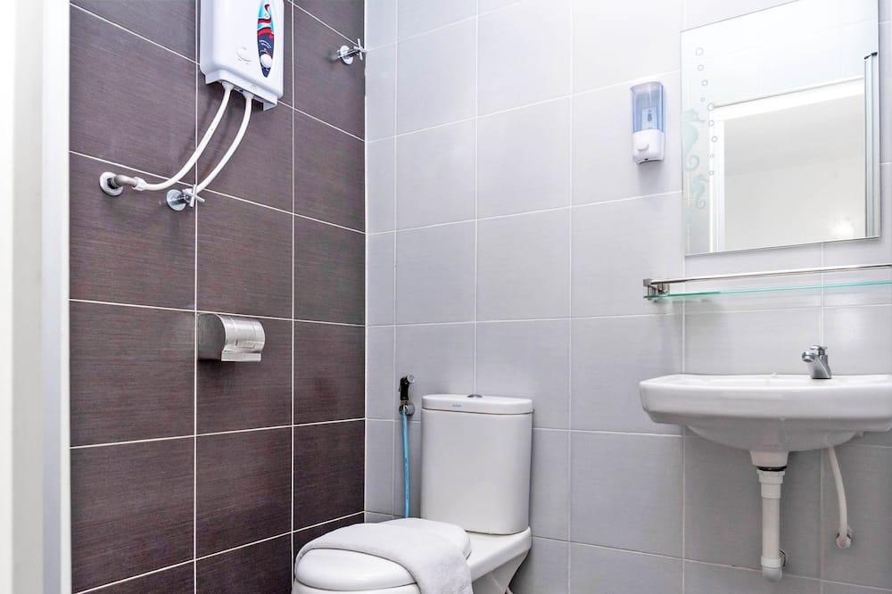 Deluxe Triple Room, Multiple Beds, Non Smoking - Bathroom