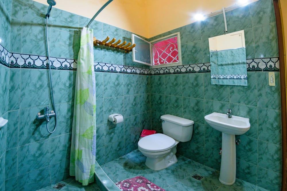 Basic Triple Room, Multiple Beds, Non Smoking - Bathroom