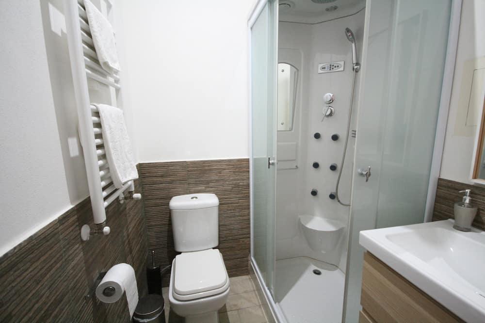 Economy tweepersoonskamer, 1 queensize bed, niet-roken, Uitzicht op de stad - Badkamer