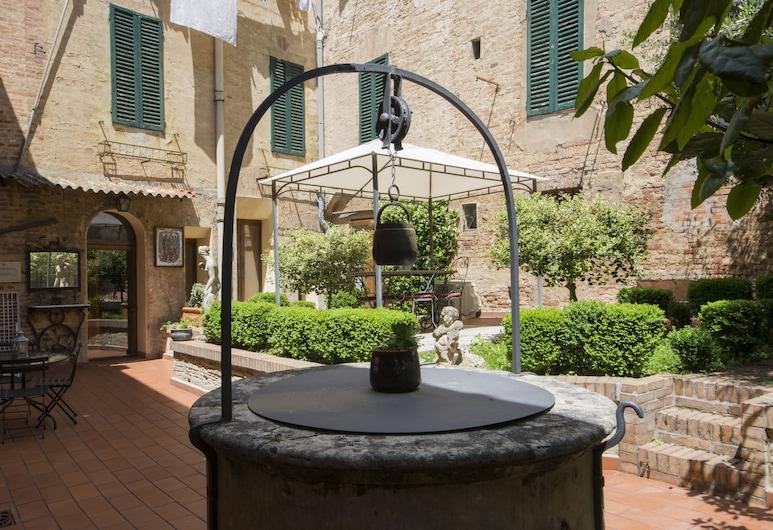 Regis Condo, Siena, Vườn