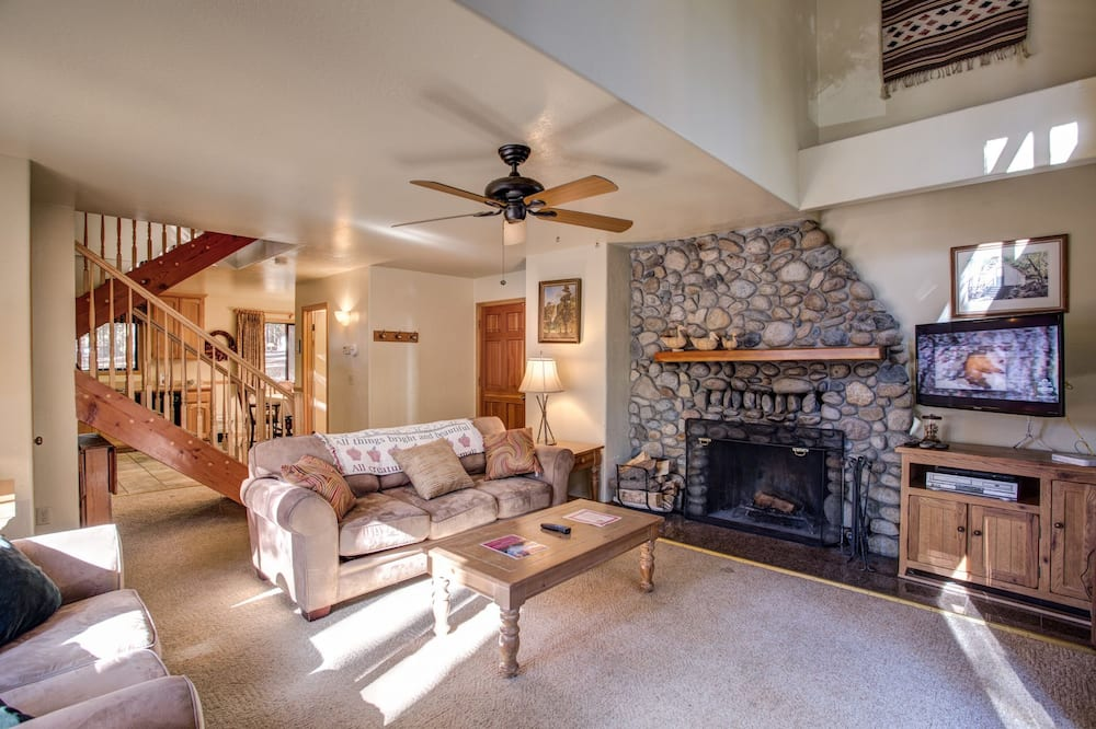 Family Cabin, 2 Bedrooms (2 Bedrooms) - Living Area
